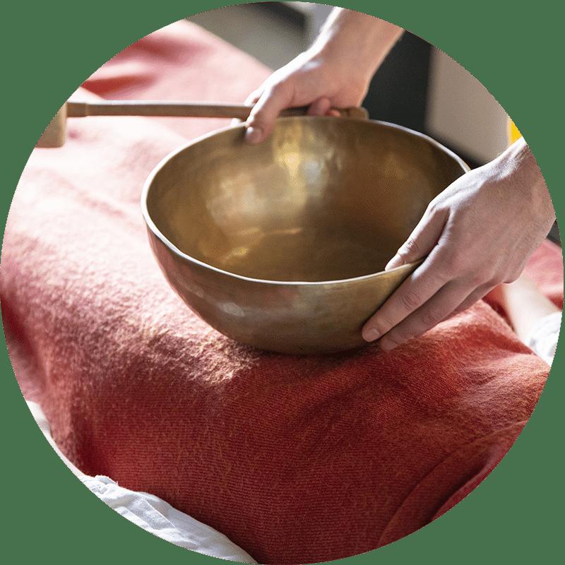 Massage sonore aux bols chantants de J'ananda, massages traditionnels ayurvédiques à Guénange