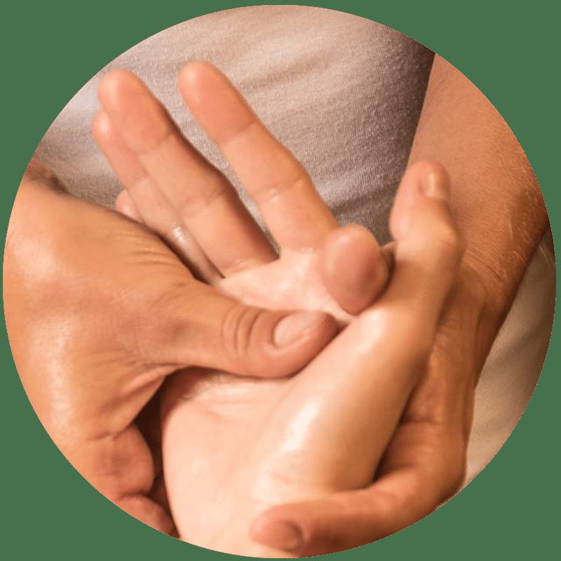 Massage des mains de J'ananda, massages traditionnels ayurvédiques à Guénange