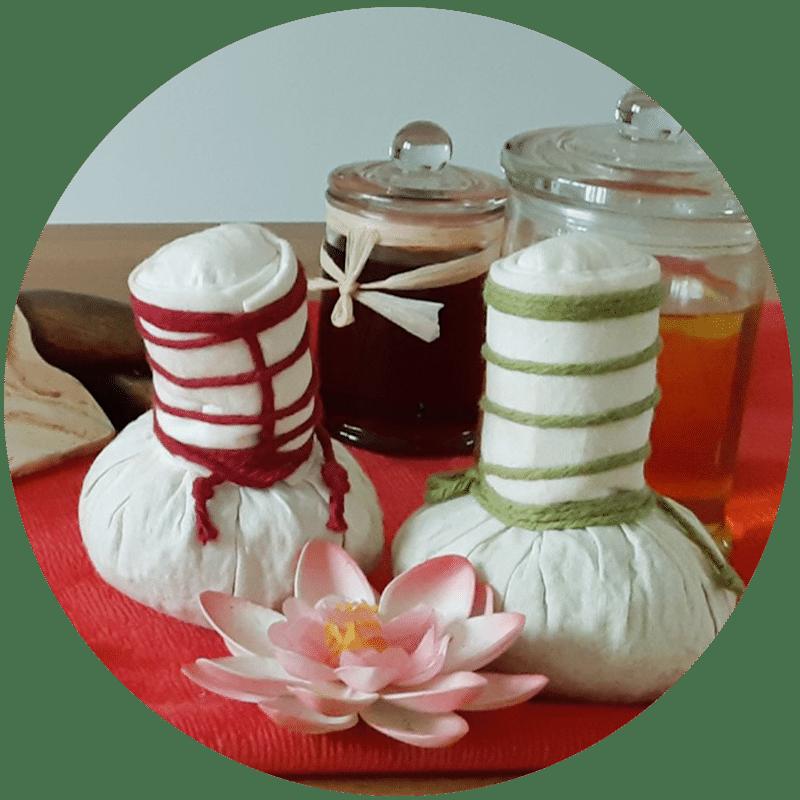 Massage aux pochons chauds de J'ananda, massages traditionnels ayurvédiques à Guénange